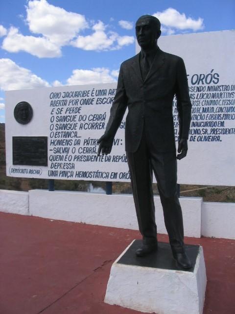 Figura 2 – Estátua de Juscelino Kubitschek com poema ao fundo, mirante do açude de Óros.  Foto: Renzo Taddei.