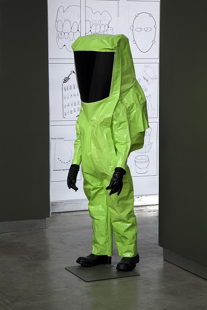"""""""HazMat Suits for Children"""" (""""Roupas HazMat para Crianças""""), da artista visual estadunidense Marina Zurkow. A obra fez parte da exposição """"Strange Weather: Forecasts from the Future"""" (""""Tempo Estranho: Previsões a partir do Futuro""""), Dublin, Irlanda, 2014.  Fotografia cedida pela Bitforms Gallery, Nova Iorque. Veja mais sobre a obra em: http://www.bitforms.com/zurkow_necromancy/image-5"""