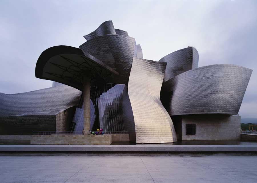 Uma das obras mais icônicas do arquiteto Frank Gehry, o museu Guggenheim de Bilbao, na Espanha, levou quatro anos para ser construído (entre outubro de 1993 e outubro de 1997) e usou um software de engenharia aeroespacial para a realização do projeto.